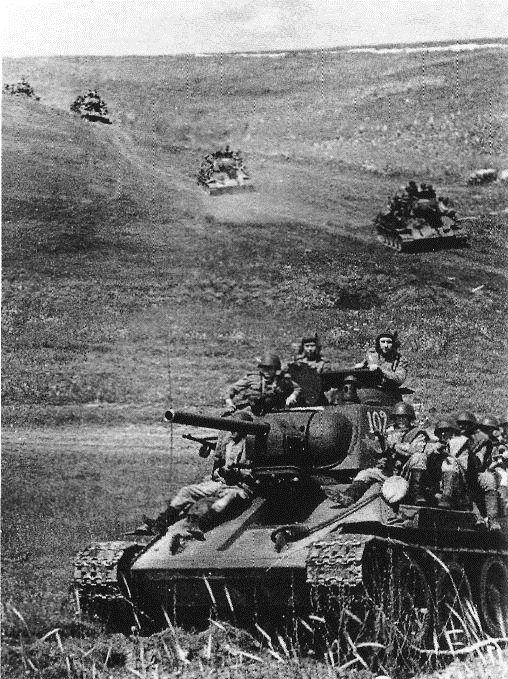 Być może najsłynniejszy czołg drugiej wojny światowej: T-34. Sumarycznie wyprodukowany w 84 000 egzemplarzy. Na drugiej wojnie światowej obecny prawie od samego początku - Niemcy natknęli się na niego już w pierwszych miesiącach inwazji na Związek Radziecki i byli jego obecnością nieprzyjemnie zaskoczeni. Mimo iż T-34 przerastał konstrukcje niemieckie, był niedopracowany. Nawet połowa strat w kampanii wiązała się z awariami. Jak to bywało także w przypadku innych czołgów w czasie Barbarossy, załogi nierzadko porzucały czołgi wobec szybkich postępów Niemców. Do strat przyłożyły się efekty niedawnej czystki stalinowskiej: brak dowódców, taktyki, planu działania. I bardzo często radia, gdyż w przeciwieństwie do Niemców Sowieci dość późno zaczęli wyposażać czołgi w ten wynalazek.